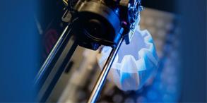 相信在观看科幻电影《十二生肖》时,其中关于3D打印技术的一幕着实令观众惊叹:只见成龙戴着专业的扫描手套掠过兔首铜像时,另一处的一台3D打印机按照所扫描的数据竟然将铜像立刻一模一样地完美复制。3D打印技术作为一种高科技技术,综合应用了CAD/CAM技术、激光技术、光化学以及材料科学等诸多方面的技术和知识。现在这项技术开始慢慢进入我们的生活。本期就让我们一同走进3D打印的世界,感受它的神奇与魔幻吧!