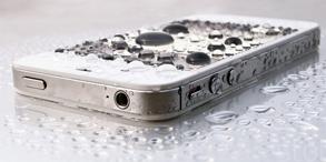 """古人用荷叶的""""出淤泥而不染""""来形容君子,科学家则通过显微镜发现了荷叶表面独特的微纳米结构,这种独特的结构使荷叶表面具有超疏水性质和自清洁能力。纳米防水技术已经开始走进衣服、鞋子、手机等生活用品中,不久的将来防水手机、防水衣服将走进我们的生活。"""
