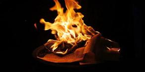 """俗话说,纸里终究是包不住火的。这话在以前算是公理常识,但自中国科学院的朱英科研团队研制出新型耐火纸后,似乎火对纸的这道""""咒语""""便被轻易解开了。 与普通纸张相比,""""耐火纸""""的制作原理相似,但制作材料却大不相同,采用的是具有可控构造的""""羟基磷灰石""""纳米材料。""""耐火纸""""表面呈柔和的乳白色,具有很高的柔韧性,可耐1000℃以上的高温."""