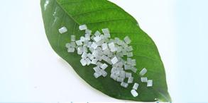 聚乳酸(PLA)是3D打印最主要的原料之一,它是以玉米为原料,通过生产转化为淀粉、葡萄糖、乳酸,直至聚乳酸。PLA是一种以可再生的植物资源为原料制备而成的绿色塑料,摆脱了对石油资源的依赖,且具有良好的可堆肥性和生物降解性,在环境中降解为二氧化碳和水,不会对环境形成污染。因此PLA材料具有广阔的发展前景,除在3D打印中充当着重要角色外,其研究与生产备受瞩目。