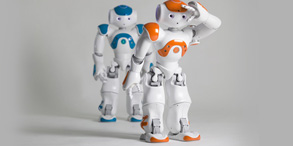 身高只有57厘米的NAO机器人,不仅是一个可以完全编程的机器人,而且还是一个多功能的平台,可以进行定位与导航、感知与识别、人机互动等。目前已经有超过450所的全球知名的大学与实验室正在使用它。NAO已经用来治疗自闭症,还可以作为人类的助手来照顾老人。国外已经有高校将NAO搬入了课堂中,学生可通过机器人将理论与实践相结合,探索众多与机器人技术相关的领域,如计算机科学、工程学、数学等。